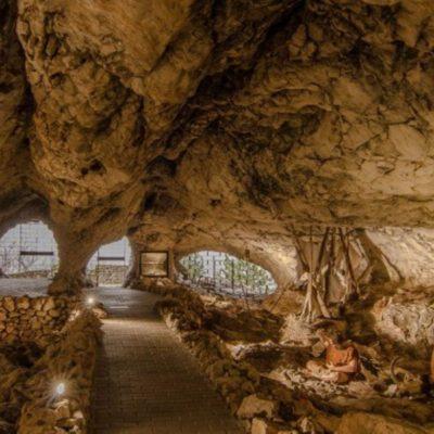 Imagen de la entrada de la cueva de las ventanas