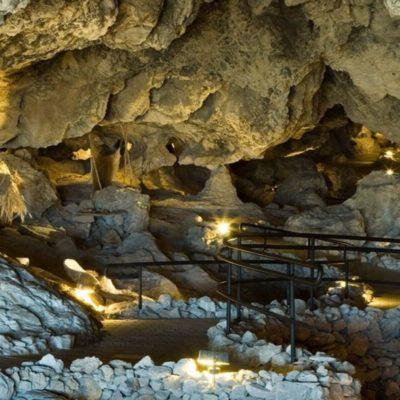 Imagen interior de la cueva de las ventanas en Piñar Granada