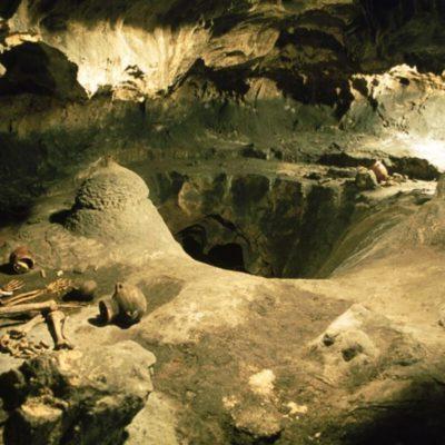 Imagen interior de las cuevas de piñar con ejempolos de restos arqueológicos